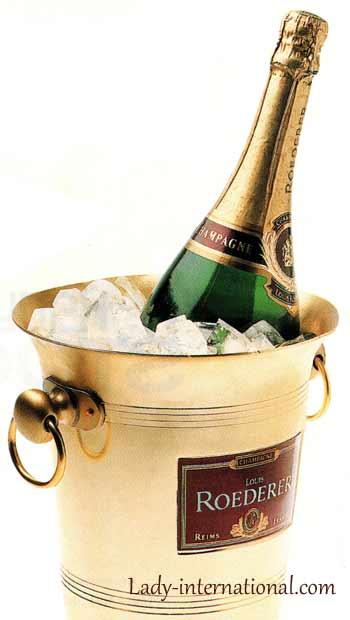 Шампанское в ведёрке со льдом